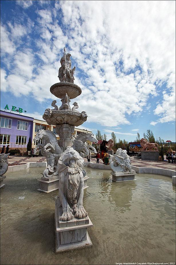 """Красивый фонтан львов в парке """"Тайган"""""""