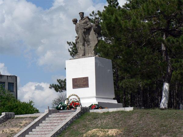 Памятник погибшим воинам, на повороте к парку