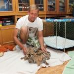 """Тигрята в ялтинском зоопарке """"Сказка"""", и Олег Зубков"""